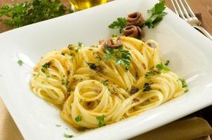 spaghetti met bottarga en ansjovis foto