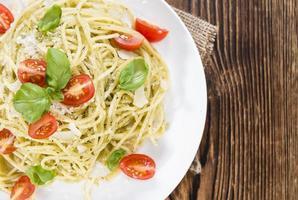 vers gemaakte spaghetti (met pesto) foto