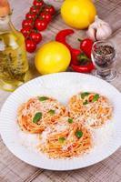 pasta met tomatensaus, parmezaanse kaas en munt foto