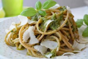 volkoren spaghetti met pesto foto