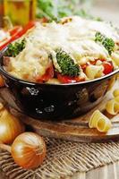 braadpan met vlees, pasta, broccoli en tomaten
