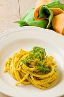 pasta met saffraan en rucola pesto foto