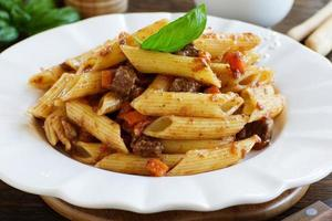"""pasta """"veren"""" met een vleesstoofpot. foto"""