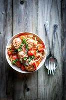 pasta met gehaktballen op rustieke achtergrond foto