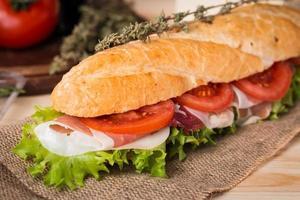 sandwich van vers stokbrood foto
