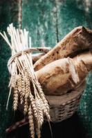 vers brood op houten tafel, vintage filter foto