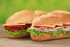 sub sandwiches met salami en ham foto