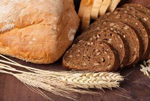 vers brood en tarwe op houten foto