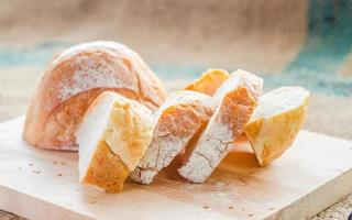 vers brood en tarwe op de houten achtergronden. foto