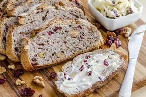 vers gebakken cranberry walnotenbrood foto