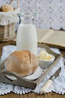 verse huisgemaakte broodjes met melk foto