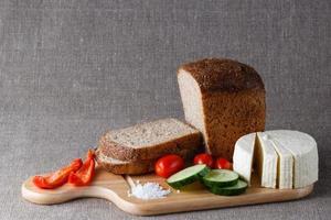 gesneden brood op hout foto