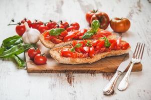 Italiaans voorgerecht, bruschetta met Siciliaanse rode verse tomaat op een foto