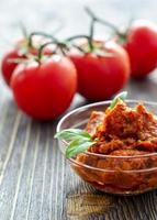 bruscetta in een kom met basilicum en tomaten foto