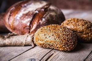 vers gebakken brood in een rustieke omgeving foto
