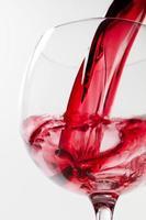 wijnglas op witte achtergrond foto