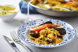 typisch Spaanse paella met zeevruchten foto