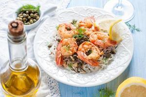 gebakken garnalen met kappertjes, kruiden en wilde rijst foto