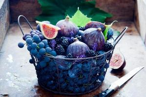 verse vijgen, druiven, pruimen en dauw foto