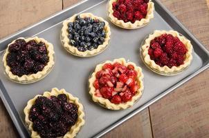 Zelfgemaakte vers fruit taarten bakken foto