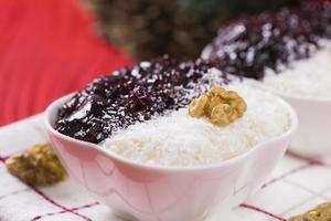 rijstpudding en aardbeienjam foto