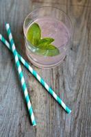 grapefruitcocktail met ijs en stro aan boord foto