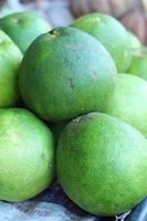 vers grapefruitfruit in markt. foto