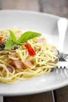 close-up gebakken spaghetti en spek foto