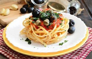 linguine pasta, olijf en kappertjes foto