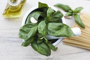 ingrediënten voor pesto alla genovese - basilicum, parmezaan, knoflook, o foto