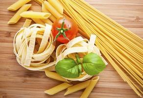 verschillende soorten pasta (spaghetti, fusilli, penne, linguine) foto