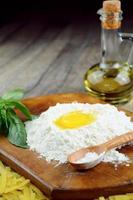 pasta op tafel bereiden foto