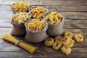 bovenaanzicht rauwe Italiaanse pasta foto