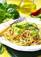 spaghetti met chili, knoflook en basilicum. foto