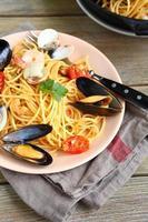 smakelijke pasta met mosselen en inktvis foto