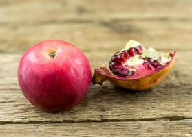 granaatappel geïsoleerd op houten achtergrond foto