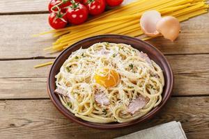 Pasta Carbonara met eigeel en Parmezaanse kaas foto