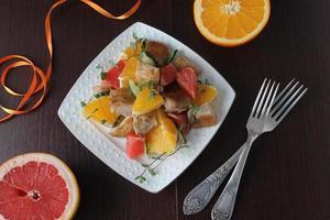 salade met kip, sinaasappel en grapefruit foto