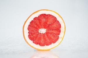 natte grapefruit op witte achtergrond
