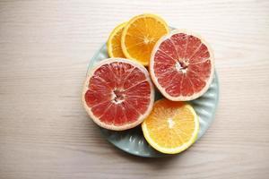 grapefruit en stukjes sinaasappel foto