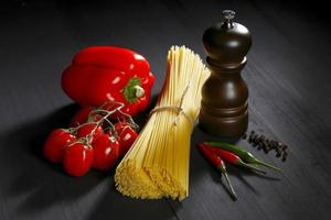 Pasta ingrediënten op zwarte tafel