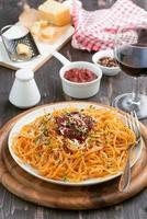 Italiaans eten - pasta met tomatensaus en kaas, verticaal foto