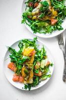 gegrilde vis met rucola salade foto