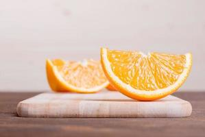 gesneden rijp smakelijk heerlijke oranje op snijplank bruin foto