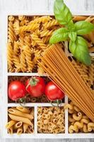 diverse rauwe volkoren pasta in witte houten kist foto