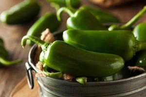 biologische groene jalapeno pepers foto