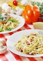 pasta carbonara op de houten tafel foto
