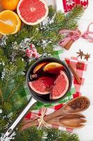 Kerstmis warme wijn op houten tafel foto