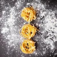 rauwe pasta tagliatelle op tafel foto