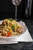 pasta met geroosterde knoflook en champignons foto